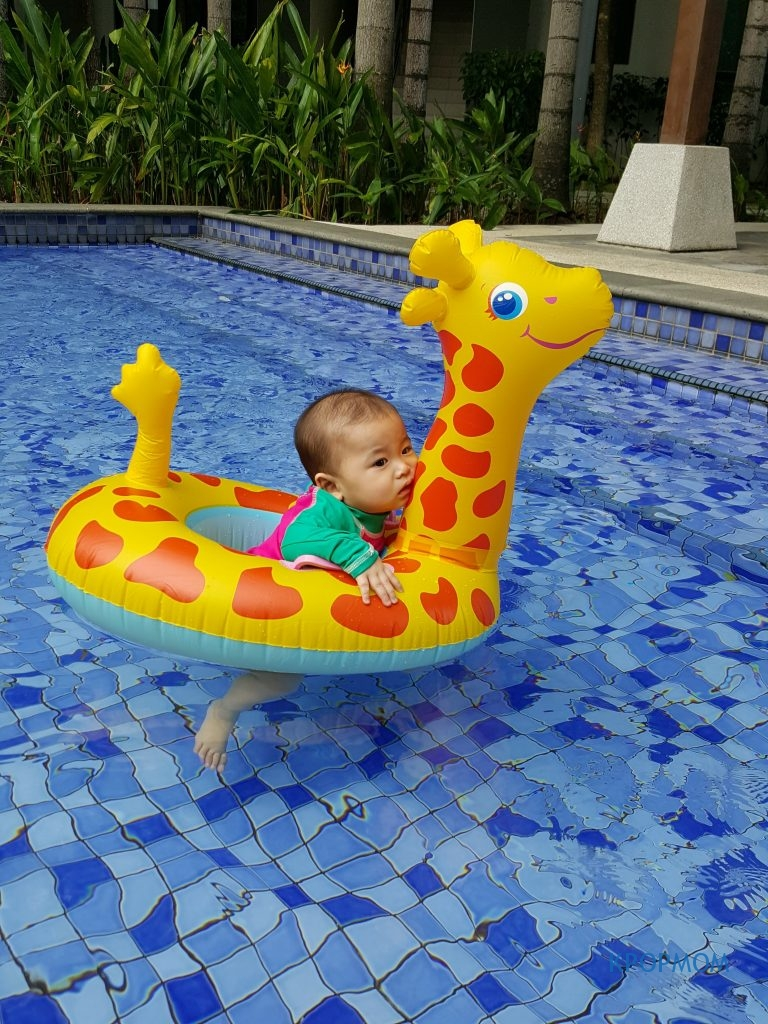 Unfortunately, she started crying the moment I put her on the giraffe float. I think it is also slightly too big for her and she feels very insecured.
