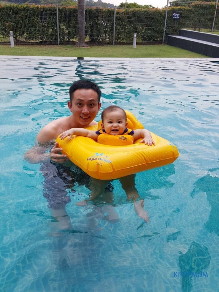 You can also take the opportunity to take photos or family photos while your baby is in the swim seat. Here is one with Uncle James